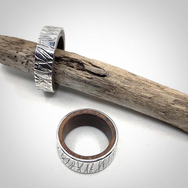 Silberring mit Holz und Struktur